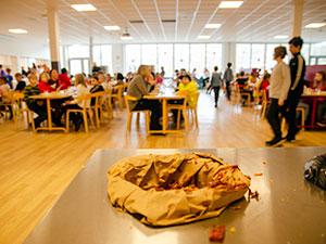 Kärl för matreser i förgrunden - eleverna i bamba suddiga i bakgrunden
